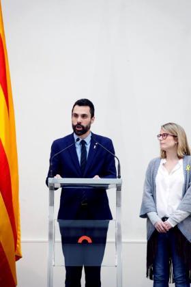 """El presidente del Parlament, Roger Torrent, junto a la lider de JxCat, Elsa Artadi, durante la declaración institucional que ha realizado en en el auditorio del Parlament, una vez ha finalizado el pleno, en la que ha instado a formar un """"frente común"""" para defender """"la democracia y los derechos fundamentales"""", ante lo que considera una """"involución democrática sin precedentes"""" y una Cámara catalana que se ve """"asediada por los tribunales""""."""