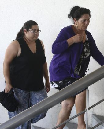 Irene Suárez (i), esposa de Juan José Cortés y madre de Mari Luz Cortés, a su llegada a la comisaría de la Policia Nacional de Huelva acompañada de su suegra.