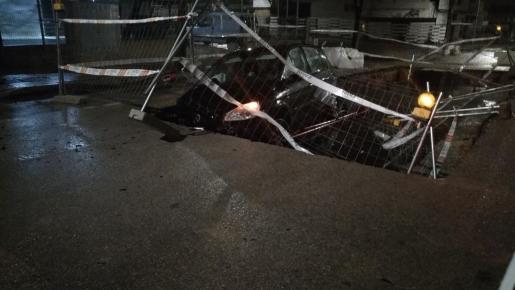 Un vehículo cae en un socavón en el polígono de Can Valero.