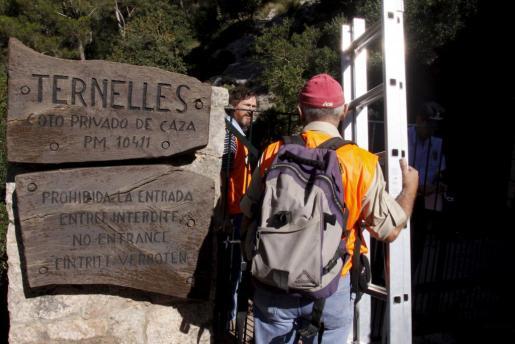 Imagen de uno de los participantes en la histórica marcha reivindicativa convocada por la plataforma Pro Camins Públics a través del Camí de Ternelles.