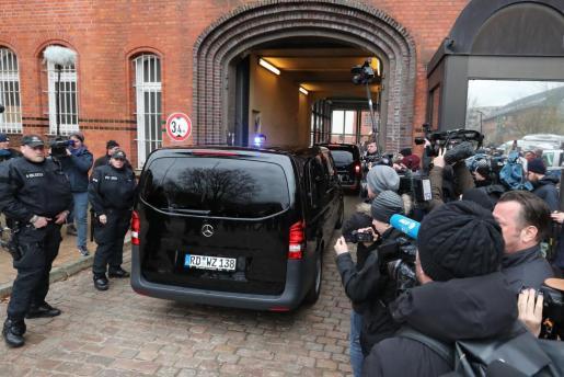 Una furgoneta llega a la cárcel de Neumünster, donde fue trasladado este domingo el expresidente catalán Carles Puigdemont tras ser detenido en Alemania.