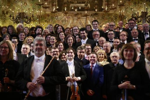 La reina Sofía posando añl final del concierto junto a la Orquesta Sinfónica de Baleares, dirigida por Pablo Mielgo y la Coral Universitat.