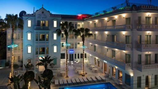 Fachada del hotel Es Vivé en Ibiza.
