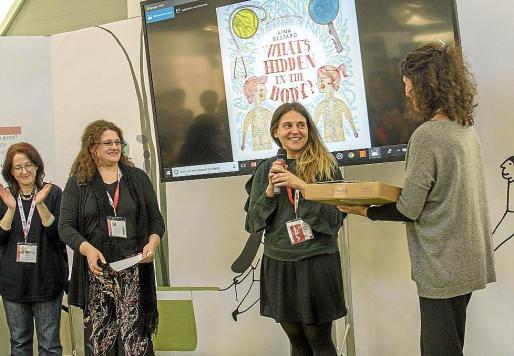 Aina Bestard, este martes en Bolonia, recogiendo el premio de los editores italianos.