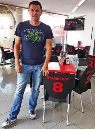 El serbio Jovan Stankovic posa con la silla que lleva su nombre en el Mallorcafé.