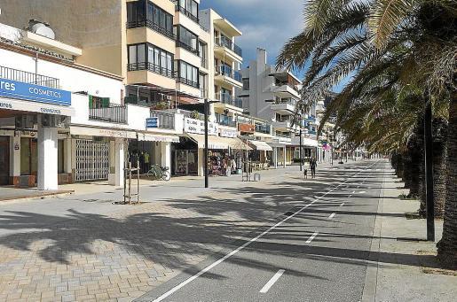 Imagen de la zona de la primera línea del Moll que está reservada a peatones por las tardes.