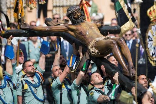 """Los legionarios de la X Bandera del Tercio Alejandro Farnesio IV de La Legión trasladan el Santísimo Cristo de la Buena Muerte y Ánimas """"Cristo de Mena"""", este Jueves Santo en Málaga."""