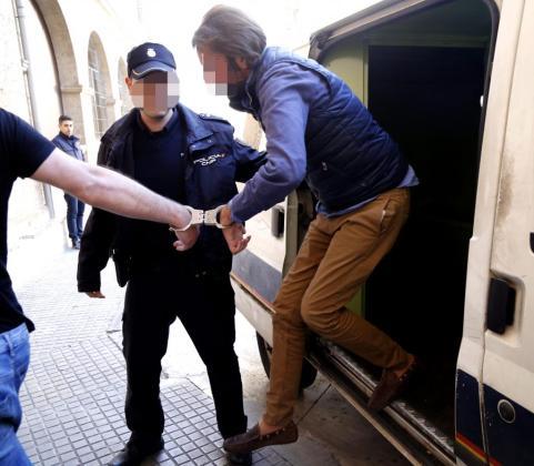 El empresario de la industria cárnica de Marratxí, a su llegada a la sede policial detenido.