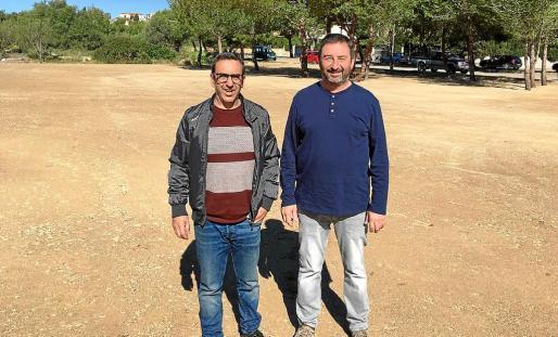 El alcalde, Antoni Servera, y el regidor de Vies i Obres, Miquel Espases, en uno de los solares que se habilitarán en Cala Bona.