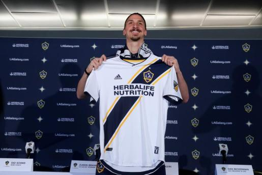 El futbolista Zlatan Ibrahimovic posa con la camiseta de LA Galaxy durante su presentación.