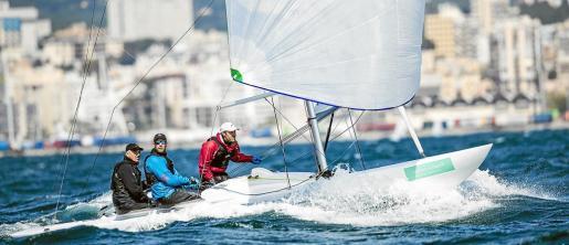 El viento ha obligado a suspender la segunda jornada del Trofeo Princesa Sofía de Vela. Las rachas de entre 25 y 35 nudos en la bahía de Palma ha llevado a la organización del evento a tomar esta decisión.