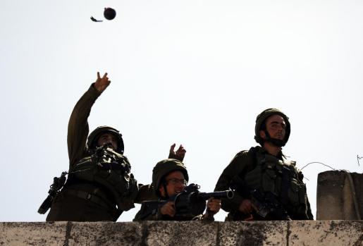 Los enfrentamientos del viernes han sido los más letales desde la guerra de Gaza de 2014. El Ejército israelí usó fuego real, balas de goma y gases lacrimógenos, lanzándolos desde drones, para evitar que los miles de gazatíes se aproximaran a la valla de separación.