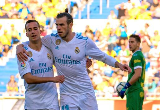 El jugador del Real Madrid Lucas Vázquez (i) felicita al galés Gareth Bale (c) tras marcar el tercer gol ante la UD Las Palmas.