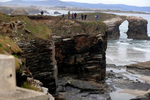 La playa de las Catedrales, en Ribadeo (Lugo), permanece cerrada desde que sobre las 15.00 horas del sábado tras un desprendimiento de una piedra, le provocase la muerte a una joven de 25 años de Valladolid.