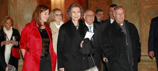 La reina Sofía, acompañada por Francina Armengol, el obispo Sebastià Taltavull, Tomeu Català y Pilar Abad, a su llegada a la Seu.