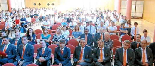 Profesores y alumnos en el salón de actos de la Escuela, ayer, durante la inauguración oficial del nuevo curso académico. Fotos: MATEO CLADERA