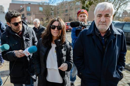 La mujer del expresidente catalán Carles Puigdemont, Marcela Topor (c), y el empresario Josep Maria Matamala (d) llegan a la prisión de Neumünster (Alemania) para visitar a Puigdemont.