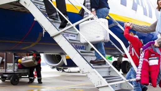 Ryanair cobra un suplemento para que los menores se puedan sentar con sus acompañantes.