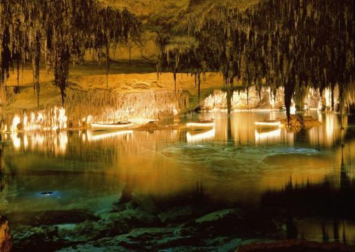 Las Cuevas del Drach acogen un gran lago subterráneo.