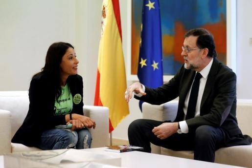 """El presidente del Gobierno, Mariano Rajoy, recibe a una delegación del colectivo """"Las Kellys"""", que representa a las camareras de piso, esta mañana en el Palacio de la Moncloa."""