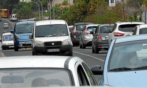 El Desvío, la carretera más afectada por la gran afluencia de vehículos los fines de semana.
