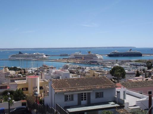 Imagen de los tres buques de crucero atracados en el Port de Palma, cuya presencia marca el inicio de la temporada alta crucerística.