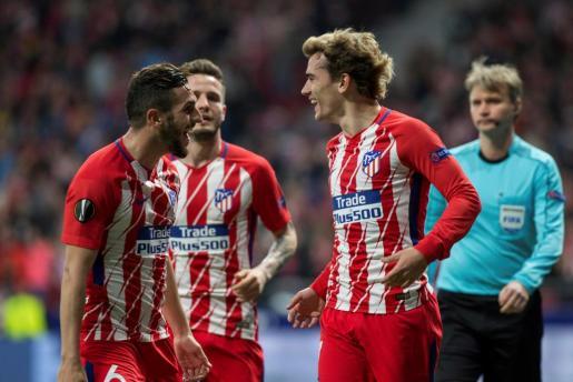 El delantero francés del Atlético de Madrid Antoine Griezmann celebra con su compañero 'Koke' Resurrección la consecución del segundo gol.