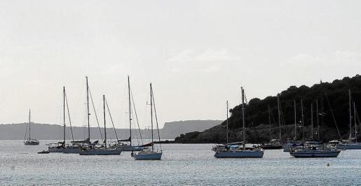 Los yates, tanto grandes como más pequeños, proliferan en verano en la costa de Balears.