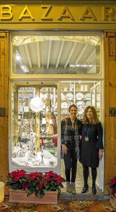 Mila Lázaro (derecha), propietaria de Bazaar Palma, con la encargada de la tienda, Verónica Reyes. La tienda Bazaar, que destaca en la guía  por su aspecto armónico y elegante.