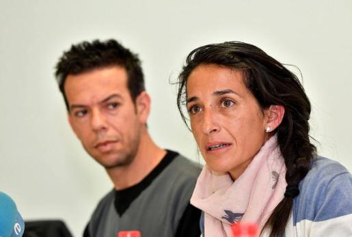 Los padres del niño Gabriel Cruz, Patricia Ramírez (d) y Ángel Cruz (i) comparecen ante los medios durante la rueda de prensa que han ofrecido en Las Negras, Nijar (Almería).