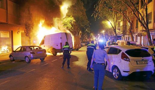 Las llamaradas en la calle General Ricardo Ortega alarmaron a los vecinos.