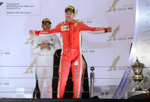 El piloto de Ferrari Sebastian Vettel celebra su victoria en el Gran Premio de Baréin de Fórmula 1.