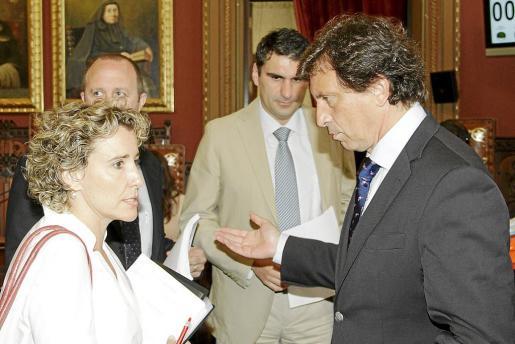 La exalcaldesa Aina Calvo y el alcalde Mateu Isern hablan en el salón de plenos ante la presencia de los responsables de Hacienda de sus respectivos equipos, Andreu Alcover y Julio Martínez.