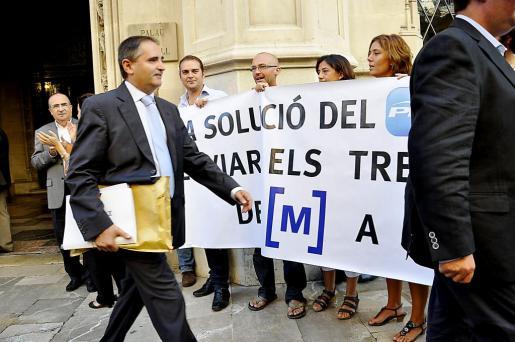 Carrillo, ante una pancarta contra el cierre.