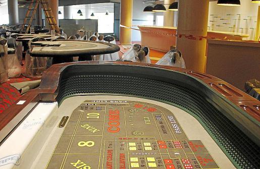 En la sala de juego se están instalando las diferentes mesas.