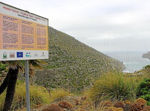 Un cartel advierte de que se está entrando en una zona de exclusión en el camino al mar.