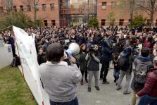 Centenares de alumnos exigen la dimisión de Cifuentes y del rector de la URJC