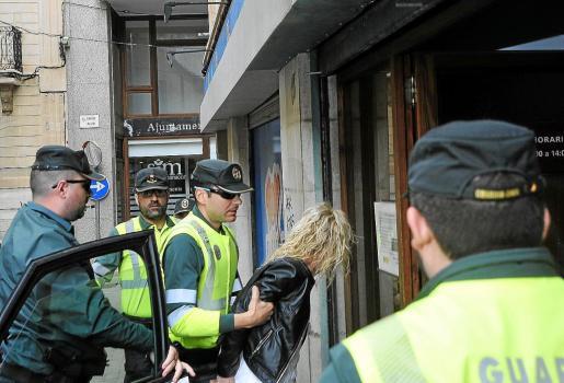 Agentes de la Guardia Civil trasladan a Anaís Marco a los juzgados de Manacor el pasado sábado.