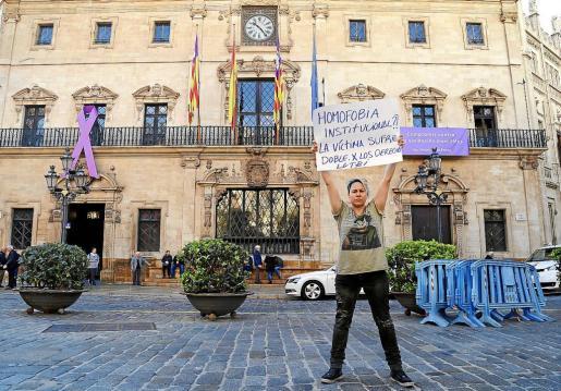 Sonia Vivas protagonizó una sonada protesta frente al Ayuntamiento de Palma.