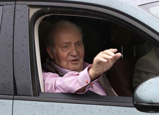 El Rey Juan Carlos, a la salida hoy del Hospital Universitario Sanitas La Moraleja, tras recibir el alta médica después de que el pasado sábado fuera operado para sustituirle la prótesis de la rodilla derecha que le implantaron en 2011.