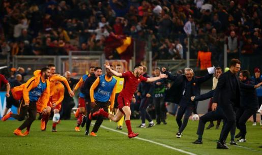 Los jugadores y el equipo técnico de la Roma celebrando el pase a semifinales de la Liga de campeones.