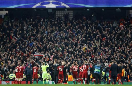 Los jugadores del Liverpool celebrando el pase a semifinales.