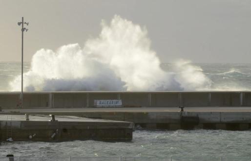 El fuerte viento obliga a cerrar los puertos de Mahón y Ciutadella.
