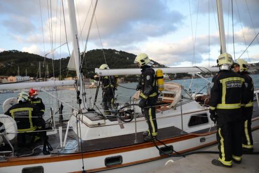 Investigan el origen de un incendio en un velero del Club de Vela de Andratx.