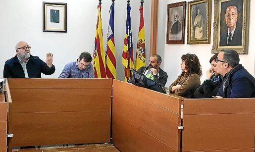 El alcalde (izda.) y el líder del PSOE (dcha.) se enfrentaron en el pleno.