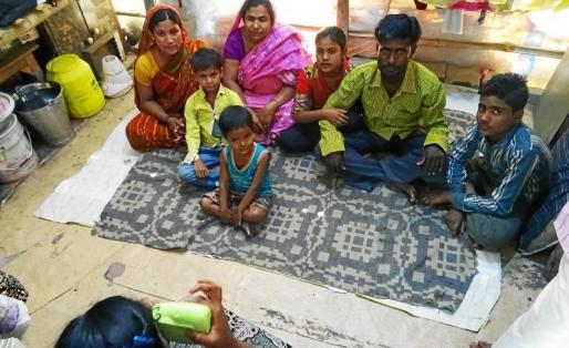 Uno de los participantes tomando una foto sobre la familia para el proyecto Fujifilm Instax Semilla para el Cambio.