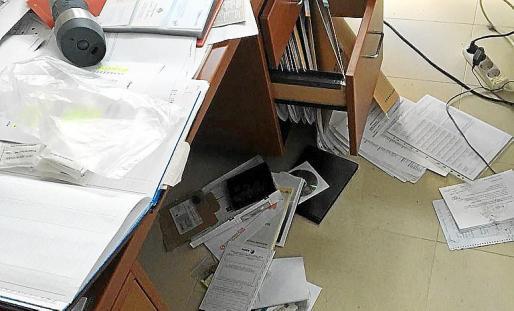 Uno de los despachos de Ses Roques con los cajones revueltos.