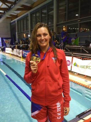 Melani Costa posa con la medalla de oro conseguida en los campeonatos de España.