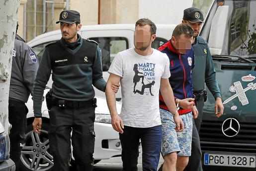 Una pareja de guardias civiles traslada a dos detenidos a los juzgados.