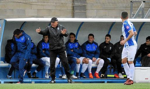 Manix Mandiola, en el centro de la imagen, dirigiendo a sus jugadores en el partido disputado ante la Penya Deportiva.
